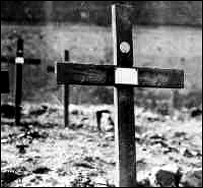 How a WWI grave is marked by the Graves Registration Service, Q.M.C. On the cross are an identity tag and plate prepared by the Service. Mareuil-en-Dole, 77th Division 12 September 1918 / US Army Quartermaster Museum